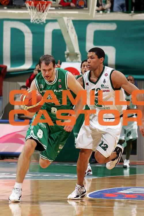 DESCRIZIONE : Siena Lega A1 2005-06 Montepaschi Siena Benetton Treviso<br /> GIOCATORE : Siskauskas<br /> SQUADRA : Benetton Treviso<br /> EVENTO : Campionato Lega A1 2005-2006<br /> GARA : Montepaschi Mens Sana Siena Benetton Treviso<br /> DATA : 22/01/2006 <br /> CATEGORIA : Palleggio<br /> SPORT : Pallacanestro <br /> AUTORE : Agenzia Ciamillo-Castoria/E.Castoria<br /> Galleria : Lega Basket A1 2005-2006<br /> Fotonotizia : Siena Lega A1 2005-06 Montepaschi Siena Benetton Treviso<br /> Predefinita :