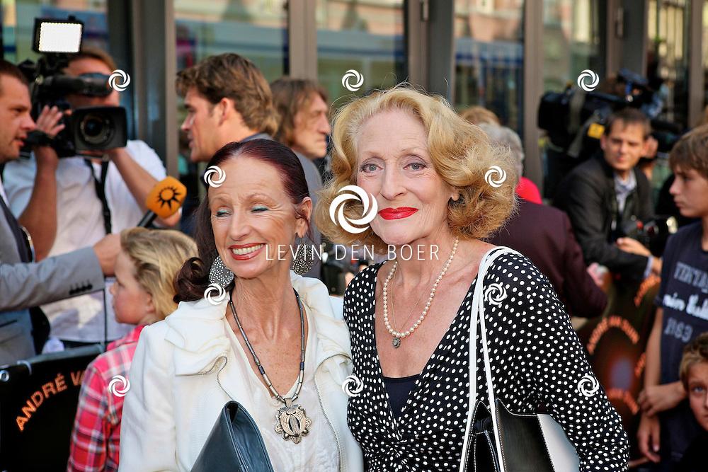 AMSTERDAM - In de LaMar theater is de premiere van Andre van Duin. Met op de foto rechts Gerrie van der klei. FOTO LEVIN DEN BOER - PERSFOTO.NU