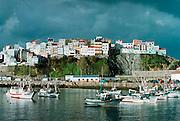 Spanje, Galicie, 12-12-2002..Het stadje Malpica leeft van toerisme en visserij. Afgelopen maand is het getroffen door de olievervuiling van de Prestige. Vissershaven..Foto: Flip Franssen
