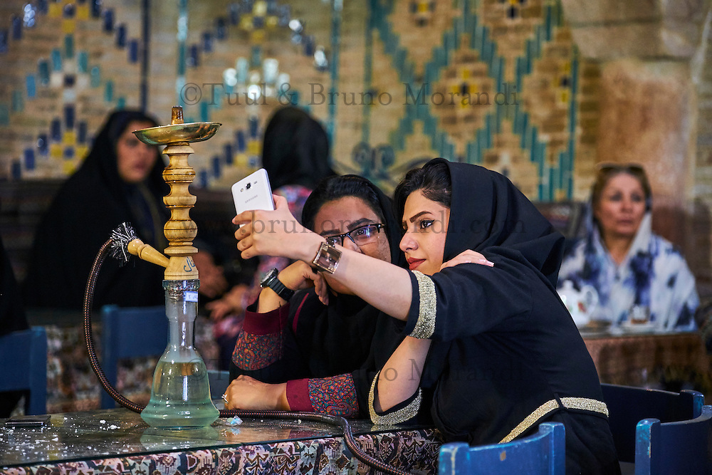 Iran, province de Kerman, Kerman, Maison de thé du hammam Vakil, selfie // Iran, Kerman province, Kerman, Vakil hammam teahouse, selfie