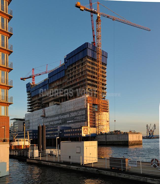 Die im Bau befindliche Elbphilharmonie in Hamburg an der Wiederkehrspitze im Winter 2009 bei sonnigem Wetter.