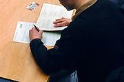 Nederland, Nijmegen, 15-3-2006..Tijdens een tentamen, examen schrijft een student met zijn linkerhand...Foto: Flip Franssen/Hollandse Hoogte