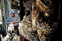 Quartier Espagnol<br /> Naples fut d'abord fondee au cours du viiesiecle avant notre ere sous le nom de Parthenope par la colonie grecque de Cumes. Ce premier etablissement fut appele Palaiopolis (la ville ancienne). Lorsqu'une seconde ville fut fondee vers 500 avant notre ere par de nouveaux colons, cette nouvelle fondation fut appelee Neapolis (nouvelle ville).Alliee de Rome au ivesiecle av.J.-C., la ville conserve longtemps sa culture grecque et restera la ville la plus peuplee de la botte italique et sans aucun doute sa veritable capitale culturelle.Elle remplaça Capoue comme capitale de la Campanie apres la bataille de Zama, a la suite de la confiscation de citoyennete et des territoires de cette derniere, par son alliance avec Hannibal avant la bataille de Cannes.Naples possede ainsi l'une des plus grandes concentrations au monde de ressources culturelles et de monuments historiques, jalonnant 2800 ans d'histoire. Dans le centre historique, inscrit sur la liste du patrimoine mondial de l'Unesco, se rencontrent notamment 448 eglises historiques ainsi que d'innombrables palais historiques, fontaines, vestiges antiques, villas, residences royales.