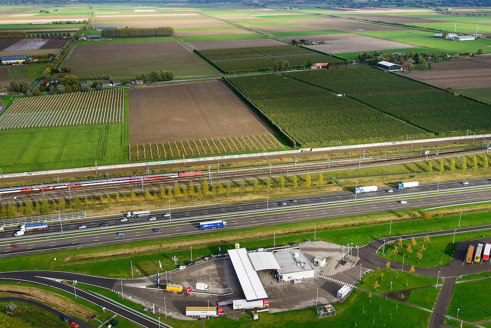 Nederland, Noord-Brabant, Gemeente Moerdijk, 23-10-2013; Infrabundel, combinatie van autosnelweg A16 gebundeld met de spoorlijn van de HSL ter hoogte van Zevenbergschen Hoek en verzorgingsplaats Den Hoek. Intercity direct (voorheen Fyra) onderweg naar Breda.<br /> Combination of motorway A16 and the HST railroad, Brabant (southern Netherlands)<br /> luchtfoto (toeslag op standard tarieven);<br /> aerial photo (additional fee required);<br /> copyright foto/photo Siebe Swart