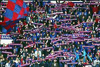 Fotball, 14. april 2002. Tippeligaen (eliteserien), Ullevaal stadion. Vålerenga v Bodø/Glimt 1-1 (Bodø-Glimt, Bodø Glimt). Flagg. VIF-klanen, klanen. Skjerf.