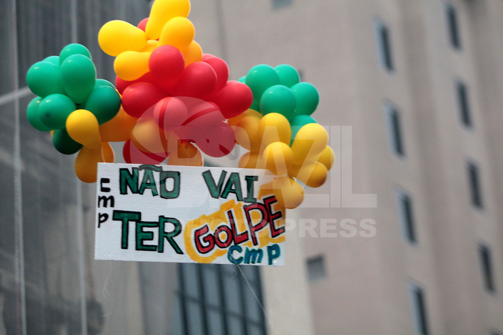 SÃO PAULO, SP, 18.03.2016 - PROTESTO-SP - Manifestantes pró-governo Dilma Rousseff durante ato no vão livre do Masp, na Avenida Paulista, em São Paulo (SP), nesta sexta-feira (18). (Foto: Marcio Ribeiro/Brazil Photo Press)