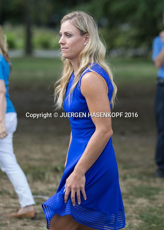 ANGELIQUE KERBER (GER) kommt zum Fototermin  mit dem WTA Nr.1 Pokal vor der Unisphere<br /> <br /> Tennis - US Open 2016 - Grand Slam ITF / ATP / WTA -  USTA Billie Jean King National Tennis Center - New York - New York - USA  - 11 September 2016.