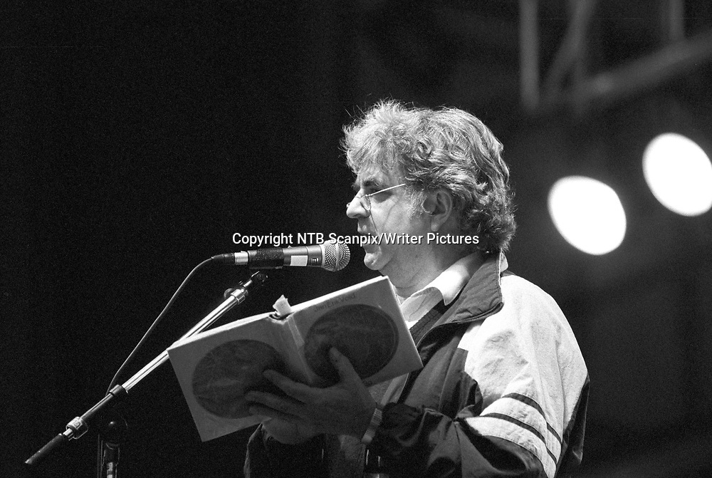B∆RUM 19910705.  Lyriker, forfatter Jan Erik Vold p&Acirc; scenen under konserten p&Acirc; Kalv&macr;ya-festivalen.<br /> Foto: Morten Holm / NTB scanpix<br /> <br /> NTB Scanpix/Writer Pictures<br /> <br /> WORLD RIGHTS, DIRECT SALES ONLY, NO AGENCY