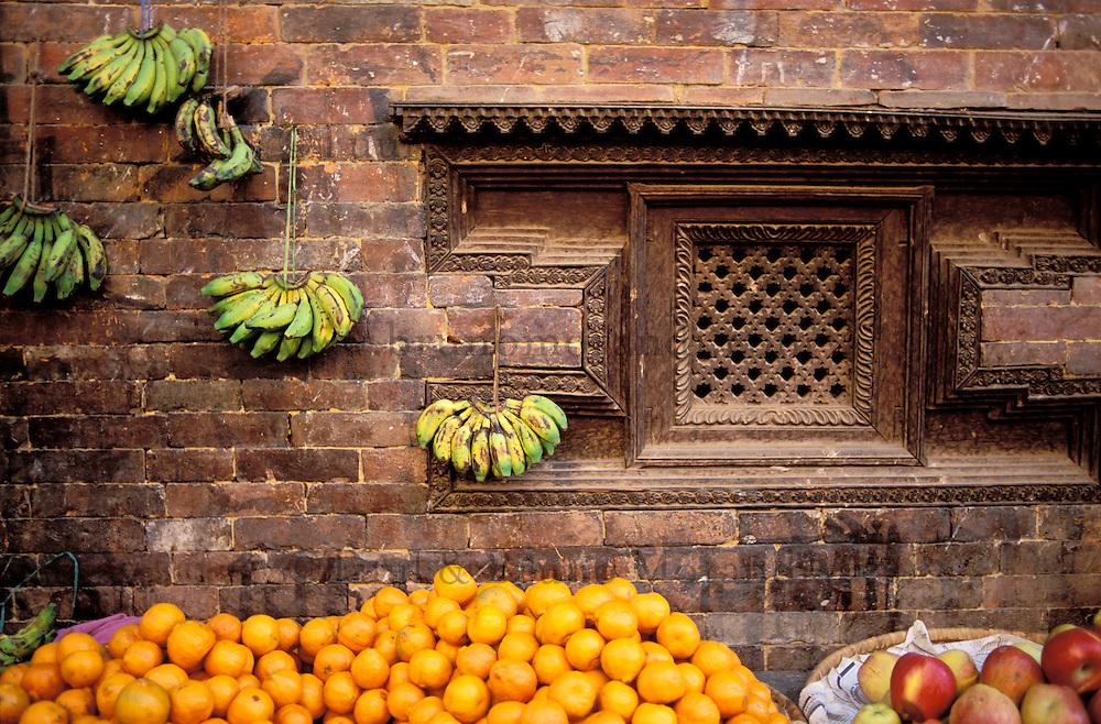 Nepal - Vallée de Kathmandu - Bakthapur - Marchand de fruit