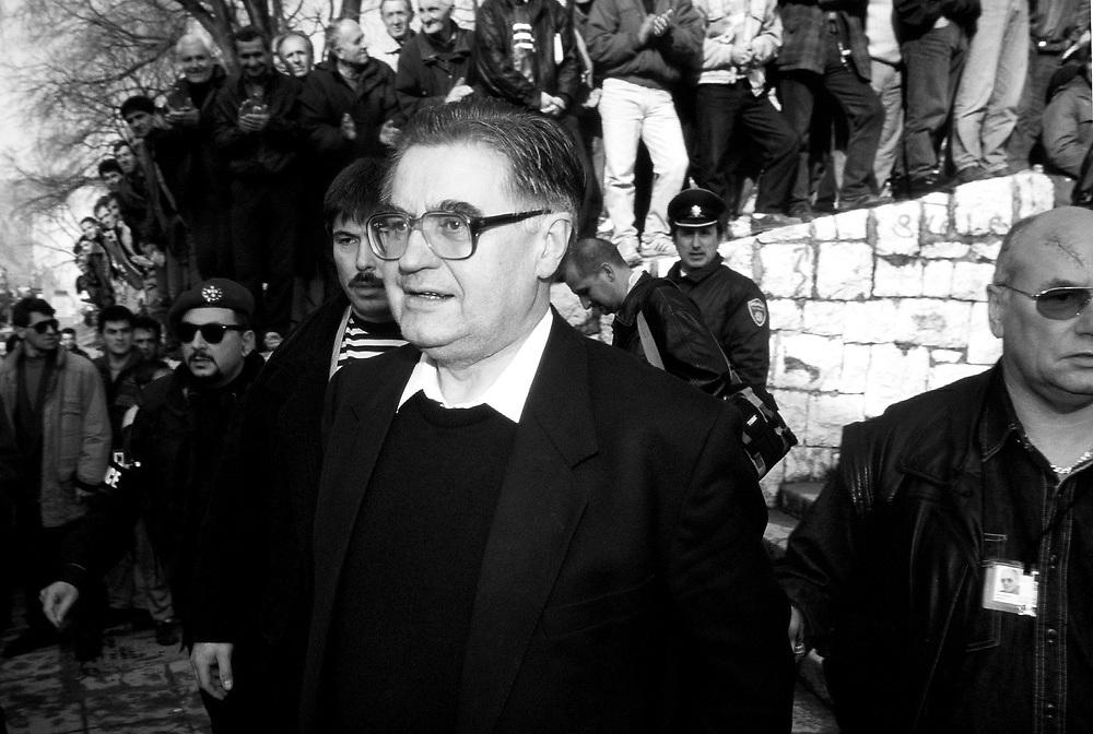 Former Yugoslavia - BOSNIA  Ehemaliges Jugoslawien; BALKAN - BOSNIEN<br />HANS KOSCHNICK, EU-Verwalter der Stadt Mostar unterwegs im muslimischen teil der Stadt; begeisterte M&auml;nner - Bodyguards; 14.02.1996