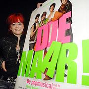NLD/Amsterdam/20061204 - Presentatie castleden musical Doe Maar, Kim- Lian van der Meij poseert met de poster