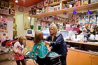 7 Novembre, 2008. Brooklyn, New York.<br /> <br /> Chiara Cecchini, 5 anni, si fa tagliare i capelli al Lulu's Cuts &amp; Toys, una parruccheria per bambini e negozio di giocattoli a Park Slop, Brooklyn, NY. Park Slope, spesso definito dai newyorkesi come &quot;The Slope&quot;, &egrave; un quartiere nella zona ovest di Brooklyn, New York, e confinante con Prospect Park.  Park Slope &egrave; un quartiere benestante che ha il maggior numero di nascite, la qualit&agrave; della vita pi&ugrave; alta e principalmente abitato da una classe media di razza bianca. Per questi motivi molte giovani coppie e famiglie decidono di trasferirsi dalle altre municipalit&agrave; di New York a Park Slope. Dal punto di vista architettonico, il quartiere &egrave; caratterizzato dai brownstones, un tipo di costruzione molto frequente a New York, e da Prospect Park.<br /> <br /> &copy;2008 Gianni Cipriano for The New York Times<br /> cell. +1 646 465 2168 (USA)<br /> cell. +1 328 567 7923 (Italy)<br /> gianni@giannicipriano.com<br /> www.giannicipriano.com