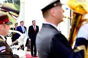Koning Willem Alexander brengt een staatsbezoek aan de Republiek Letland. ///  King Willem Alexander makes a state visit to the Republic of Latvia.<br /> <br /> Op de foto / On the photo: Welkomstceremonie met Koning Willem Alexander en Renars Vējonis, president van Letland op Riga Castle // Welcome ceremony with King Willem Alexander and Renars Vējonis, President of Latvia at Riga Castle