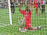 Samuel  KUFFOUR, mit dem Pokal<br />Bayern MŸnchen Champions League Sieger 2001