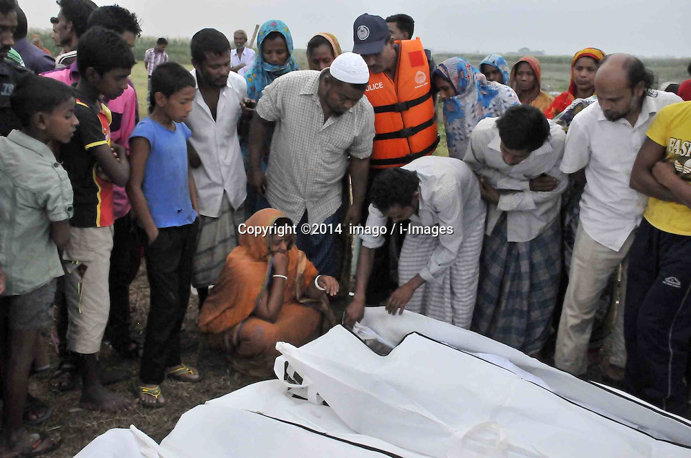 61530164<br /> Rescuers work in the Meghna river Relatives identify the bodies after the ferry accident in Munshiganj district, Dhaka, Bangladesh, May 16, 2014.  Bangladesh rescuers have dragged out 10 more bodies, raising the death toll to 22 in the ferry accident on river Meghna, after it sank in storm on Thursday afternoon,  Friday, 16th May 2014. Picture by  imago / i-Images<br /> UK ONLY