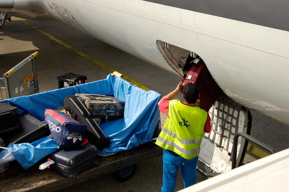 Nederland, Schiphol, 13 sept 2005..Luchthaven Schiphol.Bagage wordt in vliegtuig geladen. Bagageafhandeling..Airport, vliegveld, luchtverkeer, vliegtuig, airplane, .Foto (c) Michiel Wijnbergh