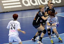 08-12-2013 HANDBAL: WERELD KAMPIOENSCHAP ZUID KOREA - NEDERLAND: BELGRADO <br /> 21st Women s Handball World Championship Belgrade. Nederland verliest de tweede partij van het WK met 29-26 van Korea / (L-R) Fabienne Logtenberg, Fabienne Logtenberg, Nycke Groot, YOO Hyunji<br /> ©2013-WWW.FOTOHOOGENDOORN.NL