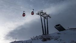 THEMENBILD - Gondeln und Liftstütze mit der Bergstation, aufgenommen am 15. Januar 2015 am Kitzsteinhorn, Kaprun, Österreich. EXPA Pictures © 2014, PhotoCredit: EXPA/ JFK