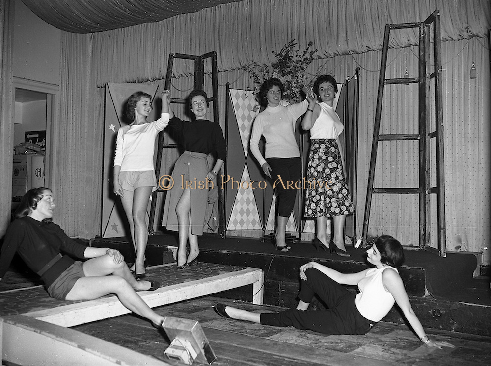"""26/03/1957<br /> 03/26/1957<br /> 26 March 1957<br /> Fashion Show: """"Frock Around the Clock"""" at the Gresham Hotel, Dublin. Group of posed models."""