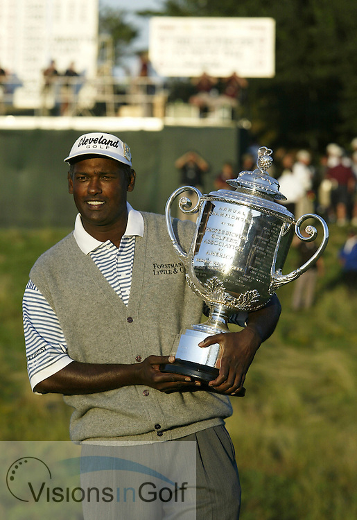 Vijay Singh with the trophy<br />