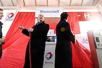 14 MAR 2006, BERLIN/GERMANY:<br /> Wolfgang Tiefensee (L), SPD, Bundesverkehrsminister, und Dominique Perben (R), Minister fuer Verkehr Frankreich, eroeffnen eine Wasserstoff Tankstelle der Tankstllenkette Total, Heerstrasse<br /> IMAGE: 20060314-01-006<br /> KEYWORDS: Alternative Kraftstoffe