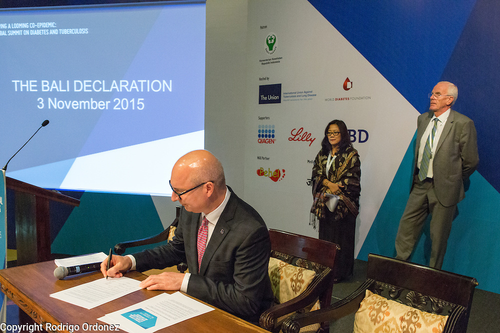 The Executive Director of The Union, Jos&eacute; Luis Castro (foreground), signs the Bali Declaration, at the global summit on diabetes and tuberculosis in Bali, Indonesia, on November 3, 2015.<br /> The increasing interaction of TB and diabetes is projected to become a major public health issue.&nbsp;The summit gathered a hundred public health officials, leading researchers, civil society representatives and business and technology leaders, who committed to take action to stop this double threat. (Photo: Rodrigo Ordonez for The Union)