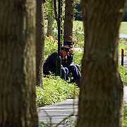 Begrafenis vader Henny Huisman, politieagenten wachtend, zittend op een bankje in het bos, uitrusten, vrij