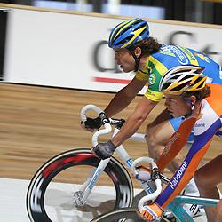 Leon van Bon (AA drink) en Jesper Asseleman (Rabobank) in actie kwalificatie NK Puntenkoers.