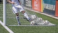 Fussball  FIFA Training 10.08.2013 Symbolbild, Spieler holt Baelle aus dem Tor