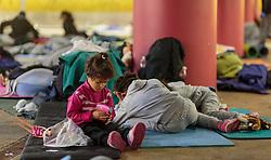 14.09.2015, Hauptbahnhof Salzburg, AUT, Fluechtlinge am Hauptbahnhof Salzburg auf ihrer Reise nach Deutschland, im Bild Flüchtlingskinder // Migrant Childs. Thousands of refugees fleeing violence and persecution in their own countries continue to make their way toward the EU, Main Train Station, Salzburg, Austria on 2015/09/14. EXPA Pictures © 2015, PhotoCredit: EXPA/ JFK