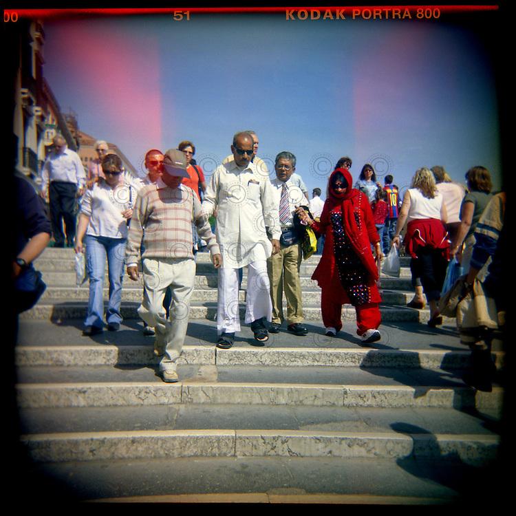 Italie, Venise, San Marco..Des touristes traversent un pont pour se rendre sur la Place Saint Marc..© Jean-Patrick Di Silvestro