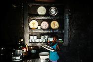 Letwin Mandeya (4) Datter af Monica elsker de små kyllinger og sidder med kylling ind i hytte.