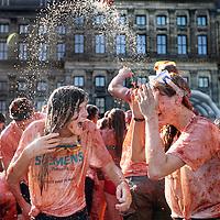 Nederland, Amsterdam , 14 september 2014.<br /> HET TOMATENGEVECHT OP DE DAM! Zondag 15:00! Complete gekte voor het goede doel: de Hollandse groente- en fruittelers te steunen tijdens de import-boycot!<br /> Zondag 14 september vindt op de Dam in Amsterdam Tomatofest plaats, de Nederlandse versie van La Tomatina. Dit belooft een spetterend tomatengevecht te worden. Het begint om 15.00 uur en duurt ongeveer een uur<br /> Tomato Fight on the Dam in Amsterdam. The fight is organized in solidarity for the vegetable growers who are boycotted by Russia.
