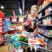 Nederland, Maarheeze, 8 augustus 2012..Prijsbewuste klant C1000, Hennie Jacobs doet luxe boodschappen in de buurtwinkel van C1000 ..Foto:Jean-Pierre Jans