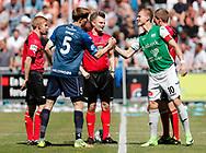 FODBOLD: Anførerne Andreas Holm (FC Helsingør) og Kristoffer Munksgaard (Næstved BK) hilser før kampen i NordicBet Ligaen mellem FC Helsingør og Næstved Boldklub den 27. maj 2017 på Helsingør Stadion. Foto: Claus Birch
