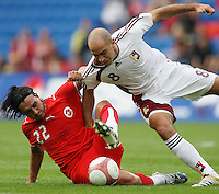 Fussball International Laenderspiel Schweiz - Venezuela Hakan Yakin (SUI,li) gegen Alain Giroletti (VEN,re)