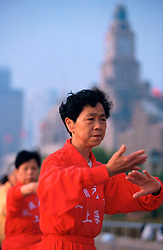 CHINA SHANGHAI MAY99 - A Chinese woman practices Tai Chi on the Bund early in the morning. ..jre/Photo by Jiri Rezac..© Jiri Rezac 1999..Contact: +44 (0) 7050 110 417.Mobile:  +44 (0) 7801 337 683.Office:  +44 (0) 20 8968 9635..Email:   jiri@jirirezac.com.Web:    www.jirirezac.com..© All images Jiri Rezac 1999 - All rights reserved.