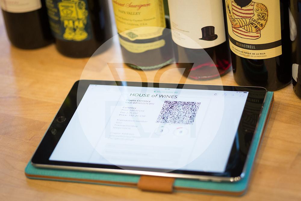 SCHWEIZ - ZUG - Bitcoin Bezahlvorgang im Weinhandelsgeschäft 'House of Wines' - 01. März 2018 © Raphael Hünerfauth - http://huenerfauth.ch