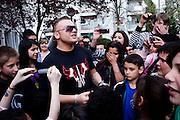 Darmstadt - Eberstadt | 20. April 2010..Coming home: Menowin Froehlich (2. Platz 7. Staffel Deutschland sucht den Superstar DSDS) zu Besuch in Darmstadt-Eberstadt, hier: Menowin ist von einer grossen Gruppe von Kindern und Jugendlichen umringt und singt f?r seine Fans...©peter-juelich.com