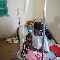 11/10/2012. CRENI de Tanout/Niger. Salle phase 1. Saraye Yayi 18 ans avec son fils Rouna Hassan, 10 mois, MAS avec anorexie et paludisme. Crédits: CRF/Sylvain Cherkaoui