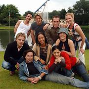 Acteurs bezoeken Six Flags Biddinghuizen, groepsfoto