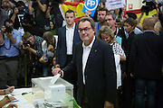 Current President of Catalonia, Artur Mas, votes in the Catalan elections, the polemic region of Spain that claims for Independence Call. Some supporters of the PP, the government party in Spain, raise the Spanish flag while the Catalan President vote. Premier Artur Mas represents the Junts pel Sí (Toguether for Yes) party, a union of Convergence of Catalonia, ERC, and other pro-independence platforms. Depending of the results of these elections an Independent process of Catalonia could start.