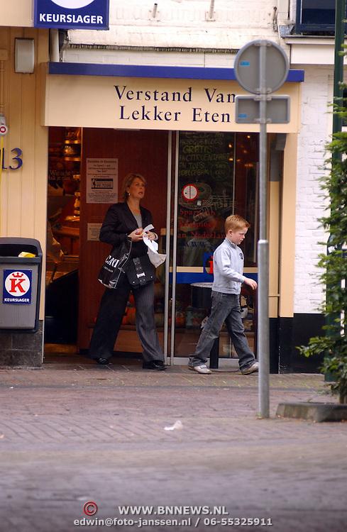 Bartina Borderveld - Koemen en zoon Ronald Jr. winkelend in Laren