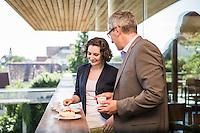 Österreich, Geschäftsmann und Geschäftsfrau vor Restaurant, informelle Konversation, nach dem Meeting, entspannte Atmosphäre, Kaffeepause