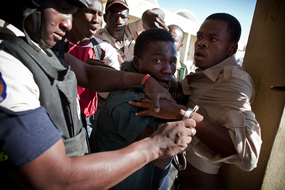 The presidential election in Haiti takes a bad way with fraud suspicions and troubles from some supporters in polling stations./// People fight in a polling station, 28 november 2010, day of the vote for presidential election, in Cite Soleil, the biggest slum of Port-au-Prince.