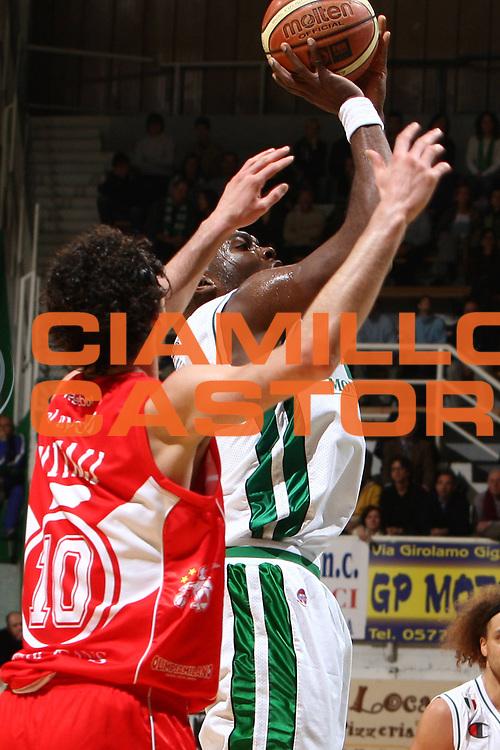 DESCRIZIONE : Siena Lega A1 2008-09 Montepaschi Siena Armani Jeans Milano<br /> GIOCATORE : Henry Domercant<br /> SQUADRA : Montepaschi Siena<br /> EVENTO : Campionato Lega A1 2008-2009 <br /> GARA : Montepaschi Siena Armani Jeans Milano<br /> DATA : 18/01/2009 <br /> CATEGORIA : tiro<br /> SPORT : Pallacanestro <br /> AUTORE : Agenzia Ciamillo-Castoria/E.Castoria