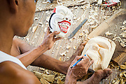 Dintorni di Ubud Bali 2015 - Allievo locale del maestro mascheraio, Pak Ida Bagus Alit, a lavoro. Le proporzioni si copiano da altre maschere che fanno da modelli.
