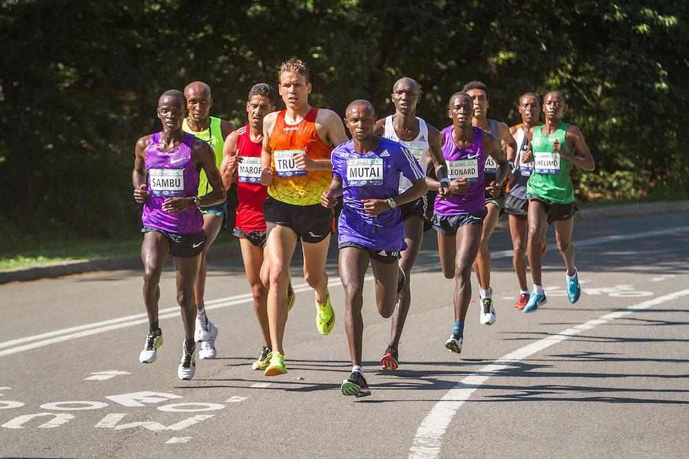 UAE Healthy Kidney 10K, Ben True with lead pack in mile 2