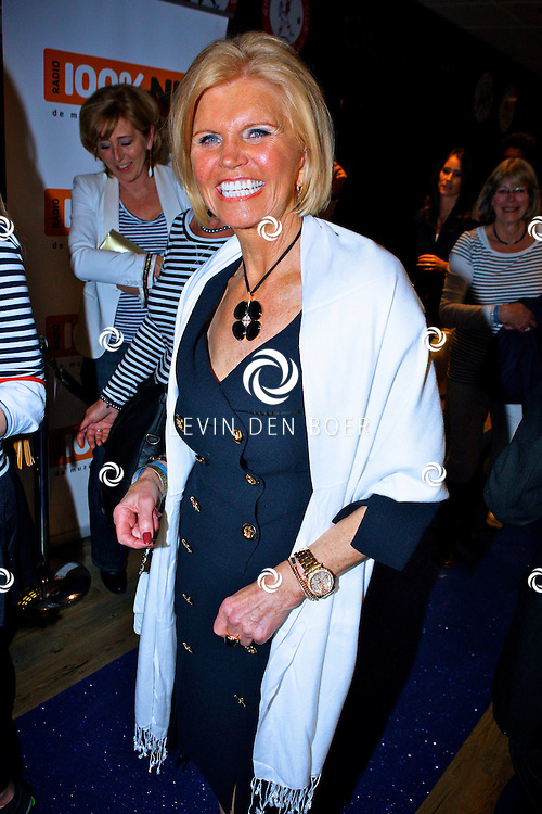 AMSTERDAM - Na het grote Toppers concert mochten de VIPS over de rode loper naar het VIP feest.  Met op de foto de moeder van Natasja Froger genaamd Annemarie Bartels. FOTO LEVIN DEN BOER - PERSFOTO.NU