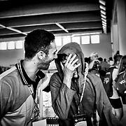 Satisfaction d'un athlète avec son coach après la course de natation, aux Jeux Nationaux Special Olympics 2017 d'Italie, pour handicappés mentaux, à Biella